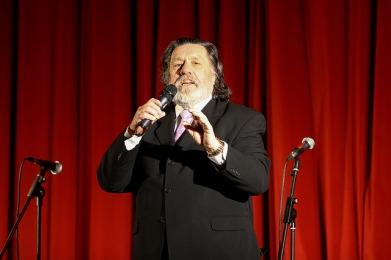 Host Ricky Tomlinson